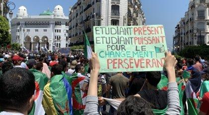 La Policía reprime una nueva protesta de miles de estudiantes en Argel