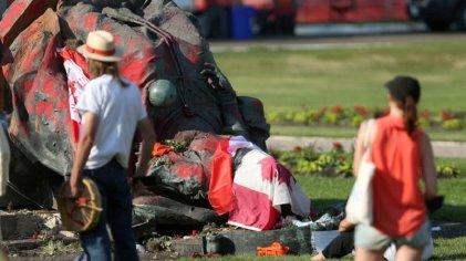 Derriban estatua de Isabel II en Canadá tras hallazgo masivo de tumbas de niños indígenas