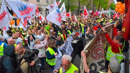 Jeff Bezos recibe un premio en Berlín mientras cientos de trabajadores de Amazon marchan en protesta