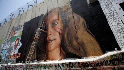 Persecución: dos artistas italianos fueron expulsados de Israel por pintar un mural de Ahed Tamimi
