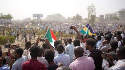 El Ejército de Sudán depone al presidente Al Bashir para intentar frenar las movilizaciones
