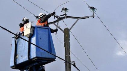 Trabajadores de la electricidad de Francia iluminan hogares pobres esta Navidad