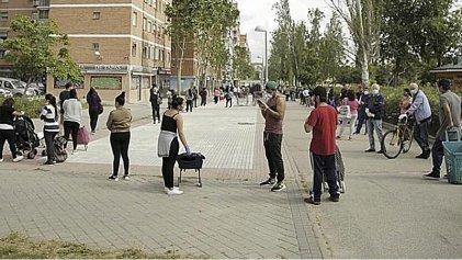 Miles de personas hacen cola en Madrid para recibir alimentos