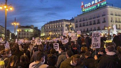La Policía reprime las manifestaciones por la libertad de Pablo Hasél en Madrid y Barcelona