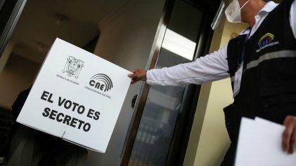 Encuestas a boca de urna dan un empate técnico en la elección presidencial en Ecuador