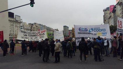 Despedidos de EMA Servicios y de Bimbo protestaron en el Obelisco por las reincorporaciones