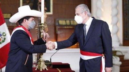 Castillo nombró a un proimperialista como nuevo canciller de Perú