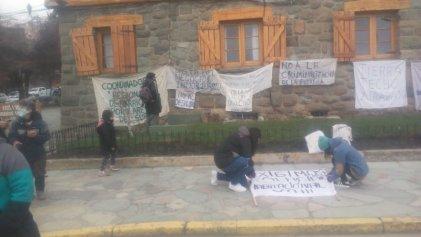 Familias sin techo de Bariloche movilizaron denunciando violencia policial