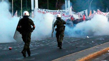 Violenta represión en Grecia mientras el parlamento vota reforma de las pensiones