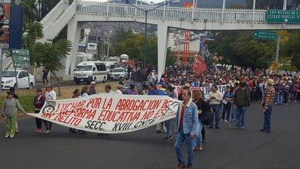 Marcha magisterial por pago de salarios y prestaciones en Michoacán