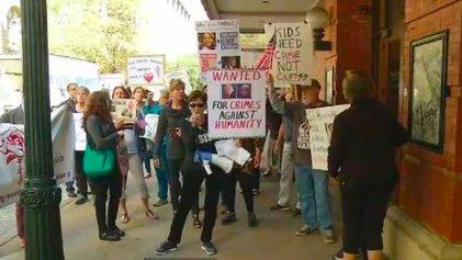 Activistas presionan para liberar a niña migrante detenida por Trump
