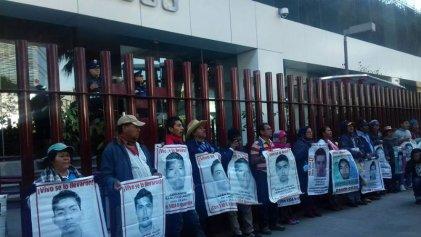 Exigen en México la aparición de los 43 normalistas de Ayotzinapa