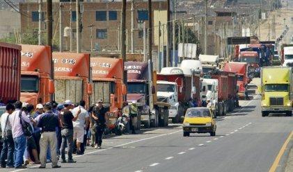 Huelga indefinida de transportistas en Perú contra el alza de los combustibles