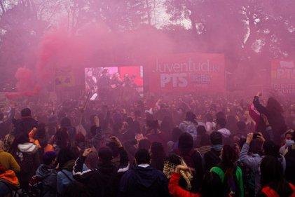 Miles de jóvenes en el acto con Del Caño y Bregman