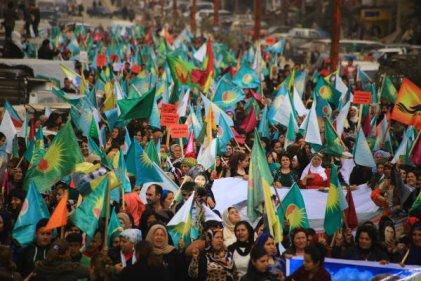 Las mujeres kurdas marcharon bajo bombardeos turcos en Afrin