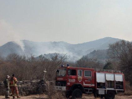 Dueños de campos impiden el paso a bomberos mientras avanza el fuego en Córdoba