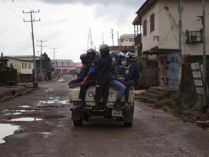 """Un """"toque de queda"""" para frenar el Ebola en Sierra Leona"""