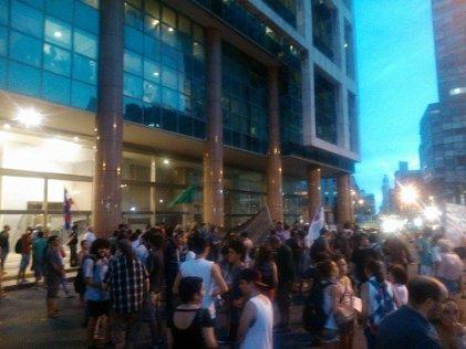 Manifestación en Montevideo por el retiro de las tropas uruguayas en Haití