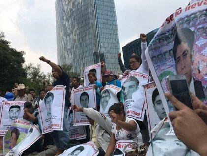 A tres años de Ayotzinapa, marcha se solidariza con víctimas del sismo 19S