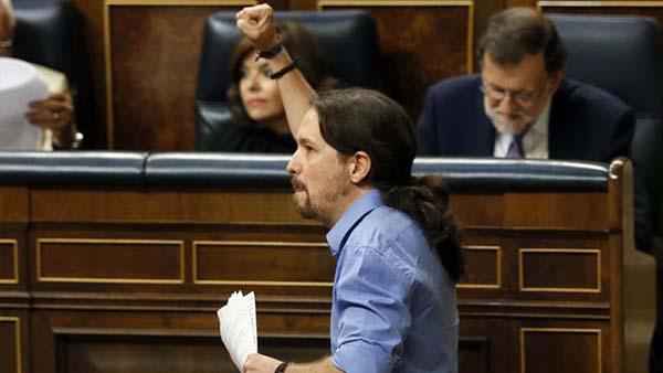 Iglesias levanta el puño contra el PP, pero tiende la mano derecha al PSOE