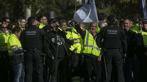 """""""Ni un paso atrás"""": escrache de los estibadores a Rajoy en Barcelona"""