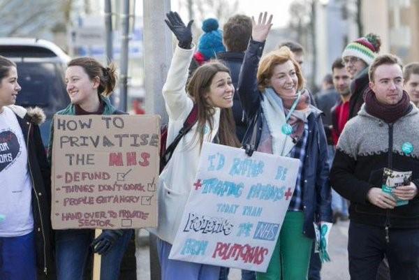 Arranca con fuerza la huelga de médicos residentes en Inglaterra