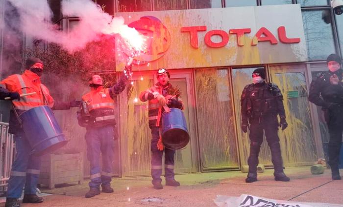 Manifestazione a Parigi dei lavoratori della raffineria Total Grandpuits, 26 gennaio 2021.