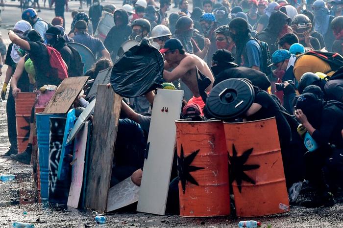 Giovani affrontano in prima linea i Carabineros a Santiago in Cile, 12 novembre 2019.
