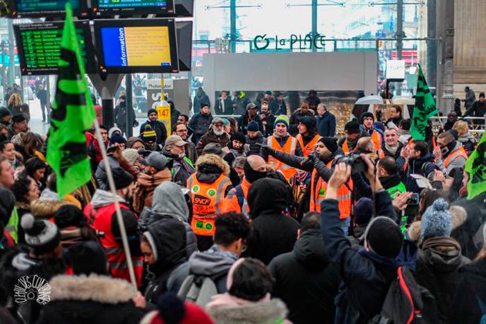 Il dirigente operaio ferroviario Anasse Kazib parla in un'assemblea alla Gare du Nord, Parigi, Francia, 5 dicembre 2019.