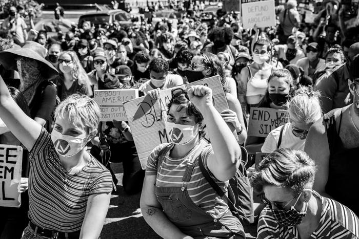 Compagne di Left Voice durante le manifestazioni di Black Lives Matter a New York, giugno 2020.