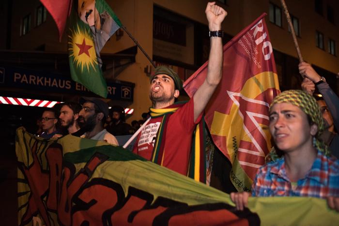 Membri della Revolutionäre Internationalistische Organisation (RIO) di Germania manifestano contro gli attacchi neofascisti e in solidarietà con il popolo curdo.