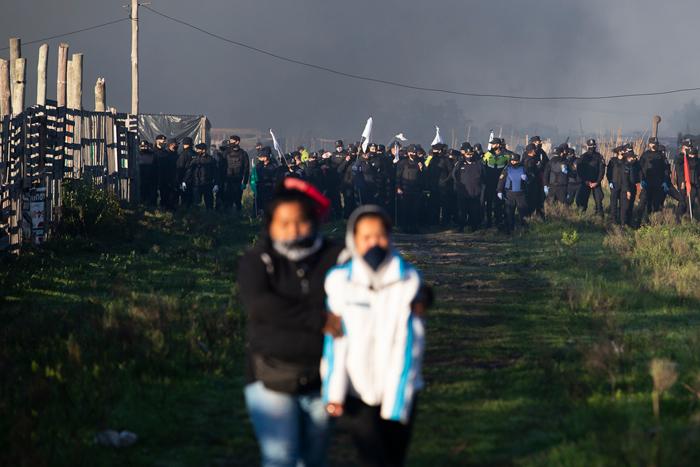 La polizia della Provincia de Buenos Aires, Argentina, sgombera violentemente oltre 4.000 famiglie senza tetto che avevano occupato terreni nella località di Guernica, 29 ottobre 2020.