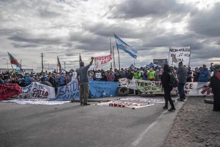 Lavoratori della salute della provincia di Neuquén, Argentina, bloccano la strada dello stabilimento petrolifero di Vaca Muerta, 10 aprile 2021.